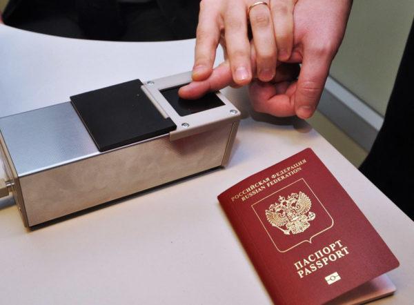 Снятие отпечатков пальцев для загранпаспорта нового образца