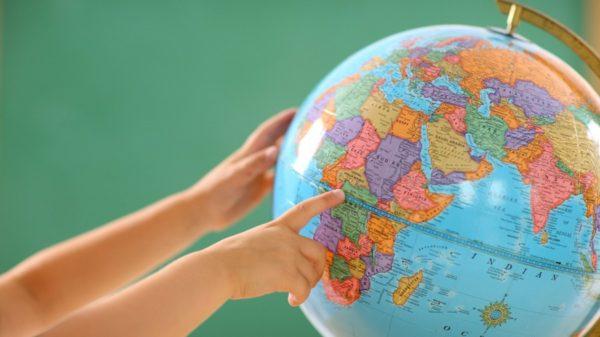 Поиск необходимой страны на глобусе