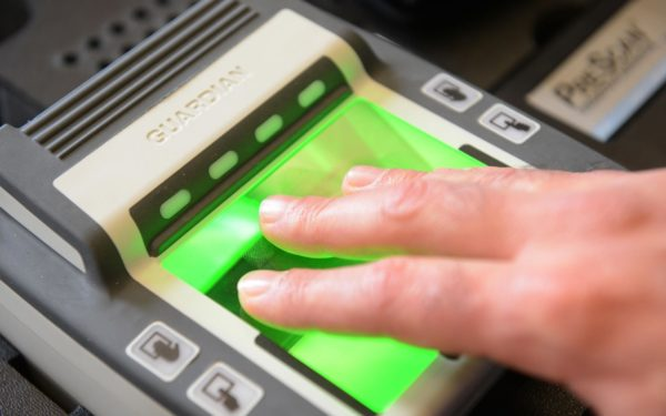 Сдача отпечатков пальцев